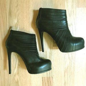 Black leather Pour La Victoire Booties